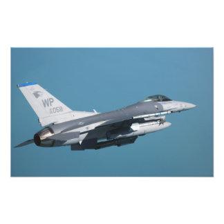 Un halcón que lucha F-16 en vuelo Cojinete