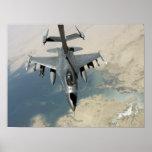 Un halcón que lucha F-16 reaprovisiona de Póster