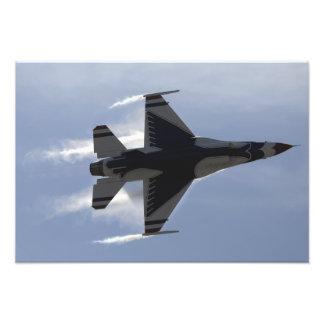Un halcón que lucha F-16 tira de los altos G Cojinete