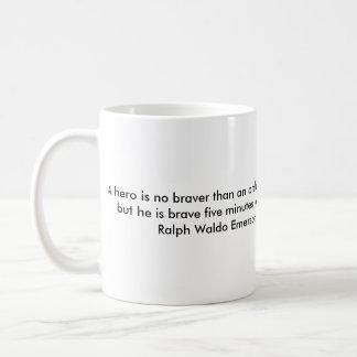 Un héroe es no más valiente que un hombre taza de café