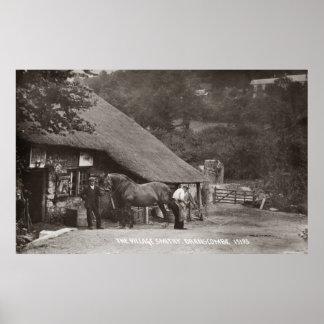 Un herrero del pueblo que calza un caballo poster