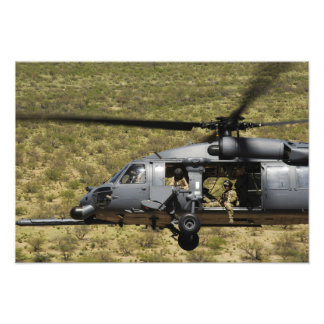 Un HH-60 pavimenta el halcón vuela sobre el Cojinete