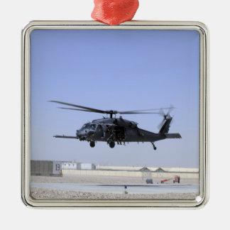 Un HH-60G pavimenta el halcón que saca del campo Adorno Cuadrado Plateado
