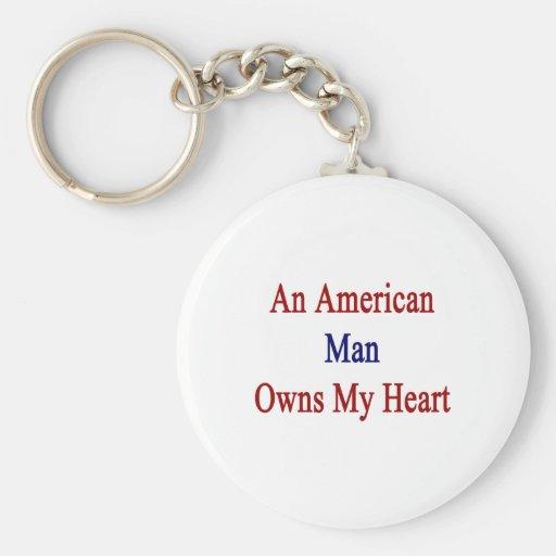 Un hombre americano posee mi corazón llavero redondo tipo pin