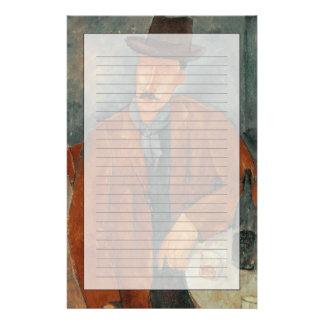 Un hombre asentado que se inclina en una tabla papeleria personalizada