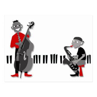 Un hombre bajo y una postal del hombre del saxofón