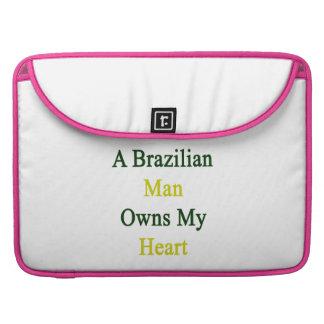 Un hombre brasileño posee mi corazón fundas para macbooks