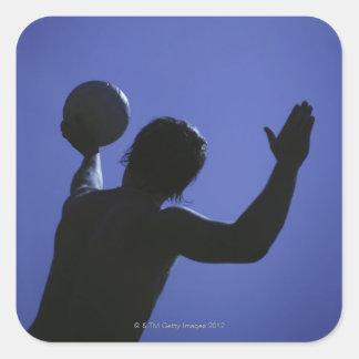 Un hombre con un voleibol calcomanía cuadradas personalizadas