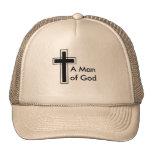 Un hombre de gorra del camionero de dios