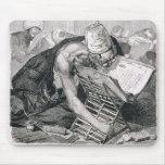 Un hombre docto absorbente en el Koran Alfombrillas De Raton