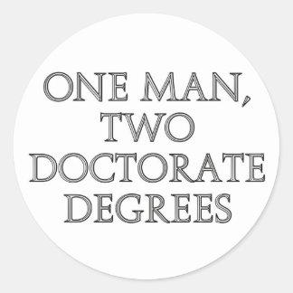 Un hombre, dos grados del doctorado etiquetas redondas