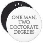 Un hombre, dos grados del doctorado pins