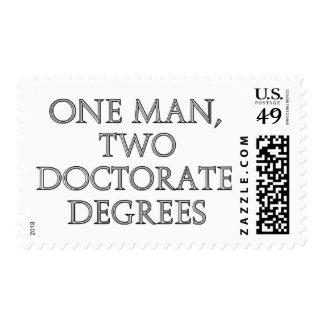 Un hombre, dos grados del doctorado franqueo