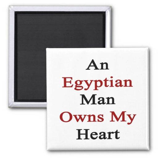 Un hombre egipcio posee mi corazón imán cuadrado