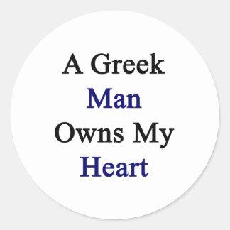 Un hombre griego posee mi corazón pegatina redonda