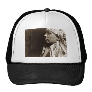 Un hombre indio norteamericano nativo de Wichita Gorras
