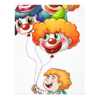 Un hombre joven feliz que sostiene los globos del plantilla de membrete