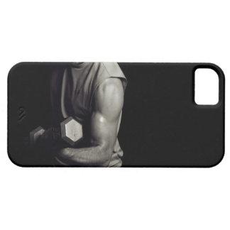 Un hombre joven levanta pesos iPhone 5 fundas