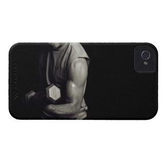 Un hombre joven levanta pesos iPhone 4 Case-Mate funda
