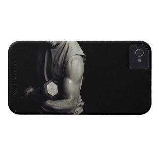 Un hombre joven levanta pesos iPhone 4 carcasas