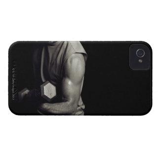 Un hombre joven levanta pesos iPhone 4 Case-Mate protector