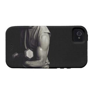 Un hombre joven levanta pesos Case-Mate iPhone 4 carcasas