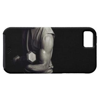 Un hombre joven levanta pesos iPhone 5 carcasas