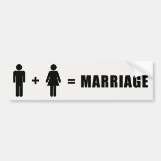 Un hombre más una mujer iguala boda etiqueta de parachoque