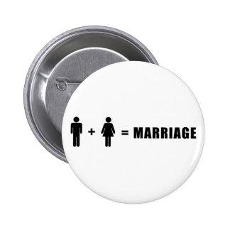 Un hombre más una mujer iguala boda pin redondo de 2 pulgadas