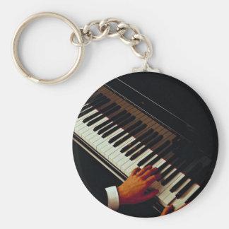 Un hombre que juega el piano llaveros personalizados