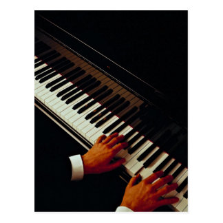 Un hombre que juega el piano postales