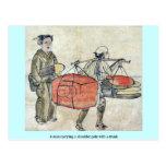 Un hombre que lleva un polo del hombro con un tron postales