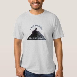Un hombre sabio sabe la camiseta remera