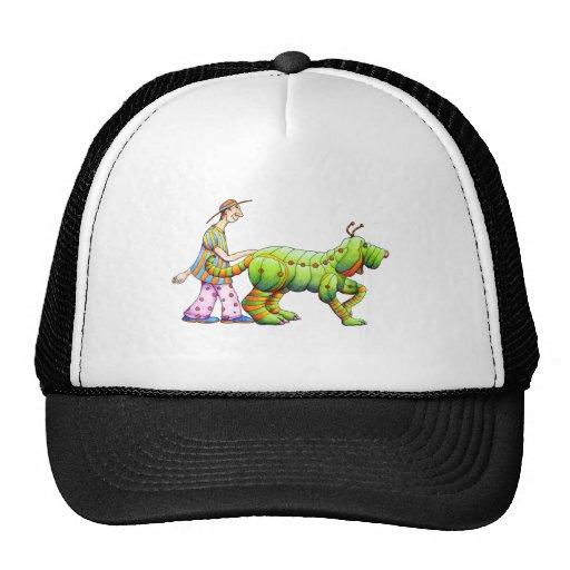 un hombre y su copia dogerpillar gorra