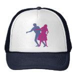 Un hombre y un baile de la mujer gorras