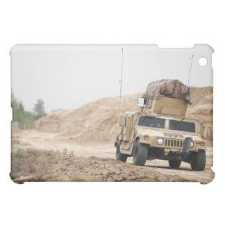 Un Humvee conduce seguridad
