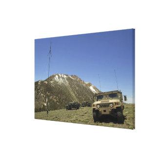 Un Humvee se parquea en el sitio re-que transmite Impresiones En Lienzo Estiradas
