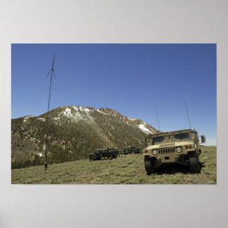 Un Humvee se parquea en el sitio re-que transmite Poster