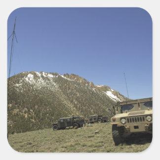 Un Humvee se parquea en el sitio re-que transmite Calcomania Cuadradas