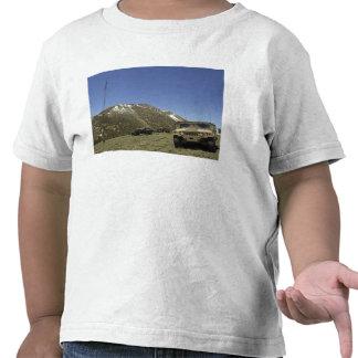 Un Humvee se parquea en el sitio re-que transmite Camiseta