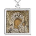 Un icono que muestra a la Virgen de Kazán Collar Plateado