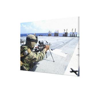 Un infante de marina de los E.E.U.U. que ajusta su Lienzo Envuelto Para Galerías