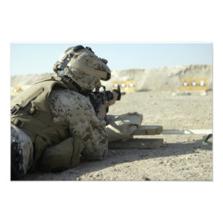 Un infante de marina enciende un rifle de servicio cojinete
