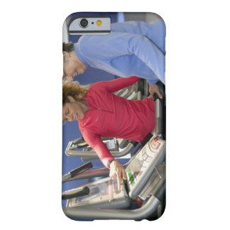 Un instructor personal ayuda a una mujer mayor en funda para iPhone 6 barely there