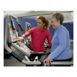 Un instructor personal ayuda a una mujer mayor en  póster