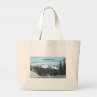 Un invierno de la montaña rocosa bolsas