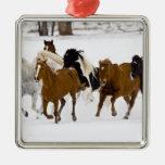 Un invierno escénico de caballos corrientes en adorno navideño cuadrado de metal