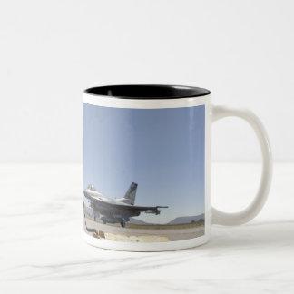 Un jefe de equipo de la fuerza aérea de los taza de dos tonos