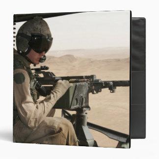 """Un jefe de equipo de UH-1N Huey explora la tierra Carpeta 1 1/2"""""""