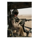 Un jefe de equipo de UH-1N Huey explora la tierra Póster